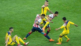 Uribe, Pulido y Cecilio pelean un balón en el Clásico