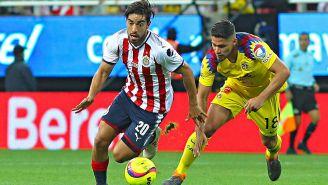 Bruno Valdez lucha por el balón contra Pizarro