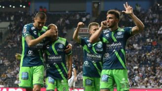 Jugadores de Puebla festejan un gol contra Monterrey