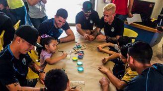 Jugadores de Santos y Tampico dibujan con niños del CRIT