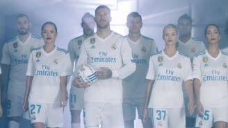 Azafatas y jugadores del Real Madrid antes de salir a la cancha