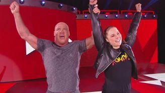 Ronda Rousey y Kurt Angle festejan en RAW