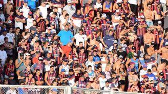 Aficionados de San Lorenzo apoyan en un partido