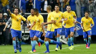 Jugadores de Brasil festejan un gol en la Eliminatoria a Rusia 2018