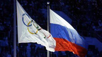 Bandera olímpica y rusa ondean durante un evento
