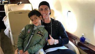 Cristiano Ronaldo junto a su hijo previo a un viaje