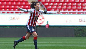 Tania Morales celebra anotación con Chivas Femenil en el Estadio Akron