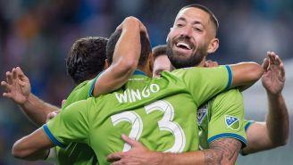 Dempsey y sus compañeros festejan con todo el gol