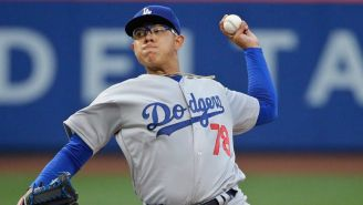 Julio Urías lanza en el Dodgers Stadium