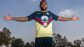 William Da Silva posa con los brazos extendidos