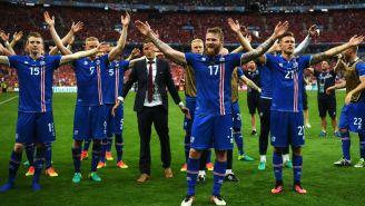 Jugadores de la Selección de Islandia festejan tras un juego