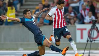 Maza pelea un balón durante el juego contra Chivas
