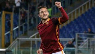 Francesco Totti celebra con la afición de la Roma