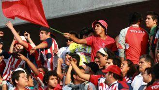 Aficionados alientan a Chivas durante un duelo en Liga MX