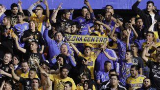 Aficionados de Tigres apoyan a su equipo en un juego