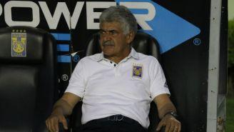 Ricardo Ferretti observa un juego de Tigres