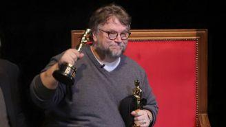 Guillermo del Toro muestra sus premios en la Universidad de Guadalajara