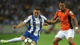 Héctor Herrera controla el balón en juego del Porto