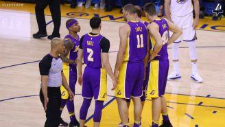 Jugadores de Lakers se reúnen en la duela para platicar antes del duelo frente a Warriors