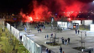 Aficionados de Olympique de Lyon y CSKA de Moscú se enfrentan afuera del estadio