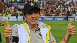 Ezequiel Orozco posa para la foto en el Estadio Centenario