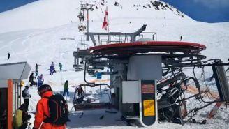 Estación de esquí con telesillas amontonadas