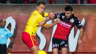 Rodríguez y García disputan el balón en el Estadio Caliente
