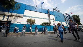 Los granaderos a las afueras del Estadio Azul