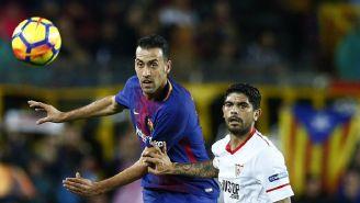 Busquets cabecea un balón en el juego contra el Sevilla