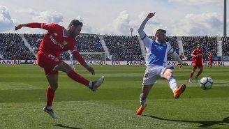Layún saca disparo para marcar su primero gol con Sevilla