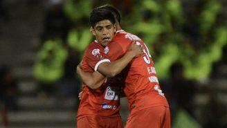 Edson Morúa abraza a su compañero en un juego de Murciélagos
