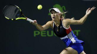 Wozniacki intenta pegarle a la pelota en partido frente a Puig