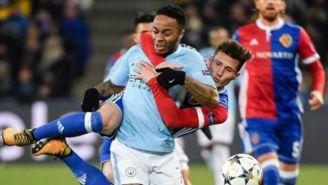Sterling intenta escaparse con el balón en un juego del Man City
