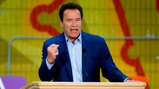 Schwarzenegger da un discurso en un evento de California
