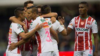 Jugadores del Necaxa celebran gol en el Azteca