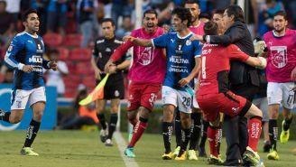 Jugadores de Gallos abrazan a Tena en el juego contra Puebla