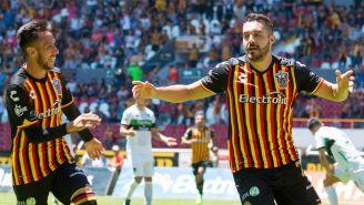 Jugadores de Leones Negros celebran un gol en el C2018