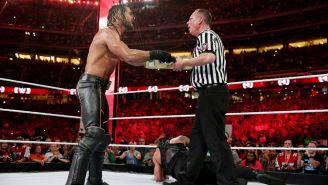 Seth Rollins entra con el maletín de Money In The Bank