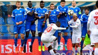 Mpoku cobra un tiro libre en un juego frente al Genk