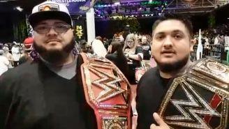 Aficionados mexicanos presumen sus cinturones de la WWE