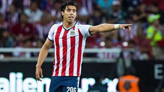 Benjamín Galindo da indicaciones en el juego de Chivas