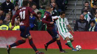 Andrés Guardado saca un centro en el juego contra el Eibar