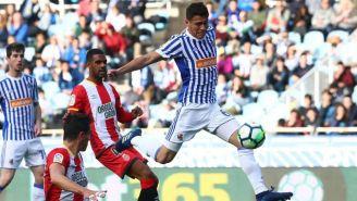 Héctor Moreno bloquea un balón con la Real Sociedad