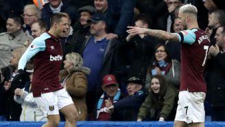 Chicharito festeja con Marko Arnautovic su gol contra el Chelsea
