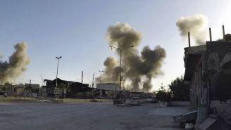 Columna de humo después de un ataque aérea en Damasco, Siria