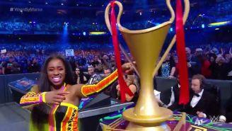 Naomi festeja con el trofeo