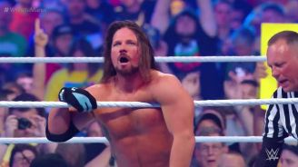 AJ Styles festeja tras retener el título