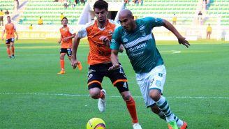 Rodrigo Noya y Carlo Rodríguez disputan el esférico