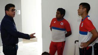 Fidel Kuri habla con integrantes de los Tiburones Rojos