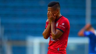 Pedro Aquino se lamenta en el juego contra Cruz Azul